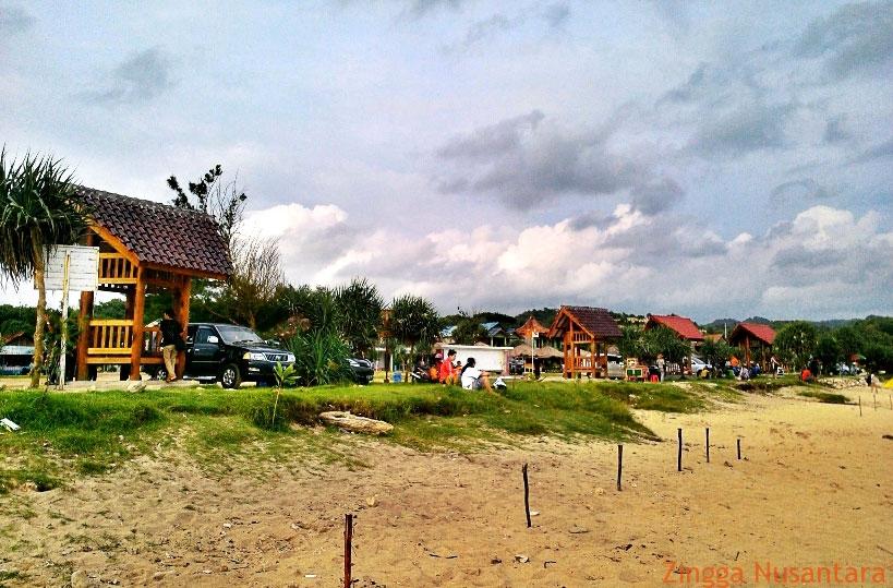 Suasana Keluarga Yang Berekreasi Di Pantai Klakar