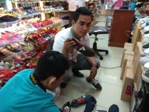Proses penyitaan produk-produk Wakai palsu di beberapa gerai yang dilaporkan.