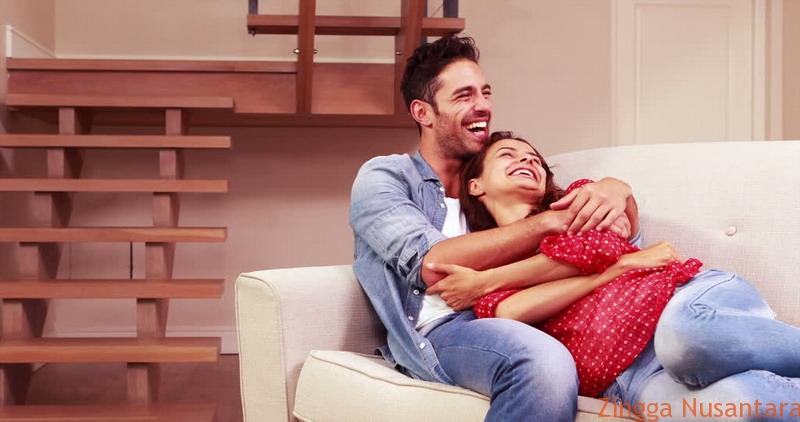 Perlakukan spesial pasanganmu agar suami betah di rumah. Foto oleh Okezone.com