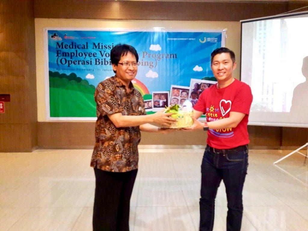 Gary Lim (GOG BU Head, J&J Indonesia) pose together with Dr. Cahyono (Charitas Hospital Director)