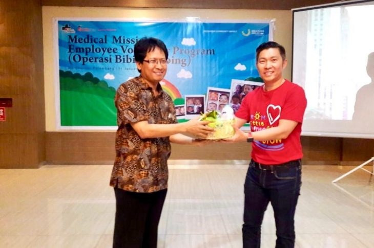 Gary Lim (GOG BU Head, J&J Indonesia) pose together with Dr. Cahyono (Charitas Hospital Director)
