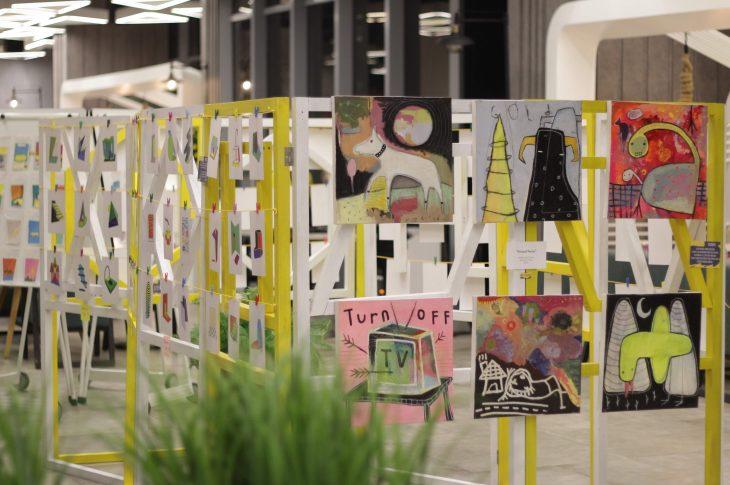 Zikry, yang menampilkan aksi melukis secara langsung saat acara pembukaan Hotel YELLO Harmoni