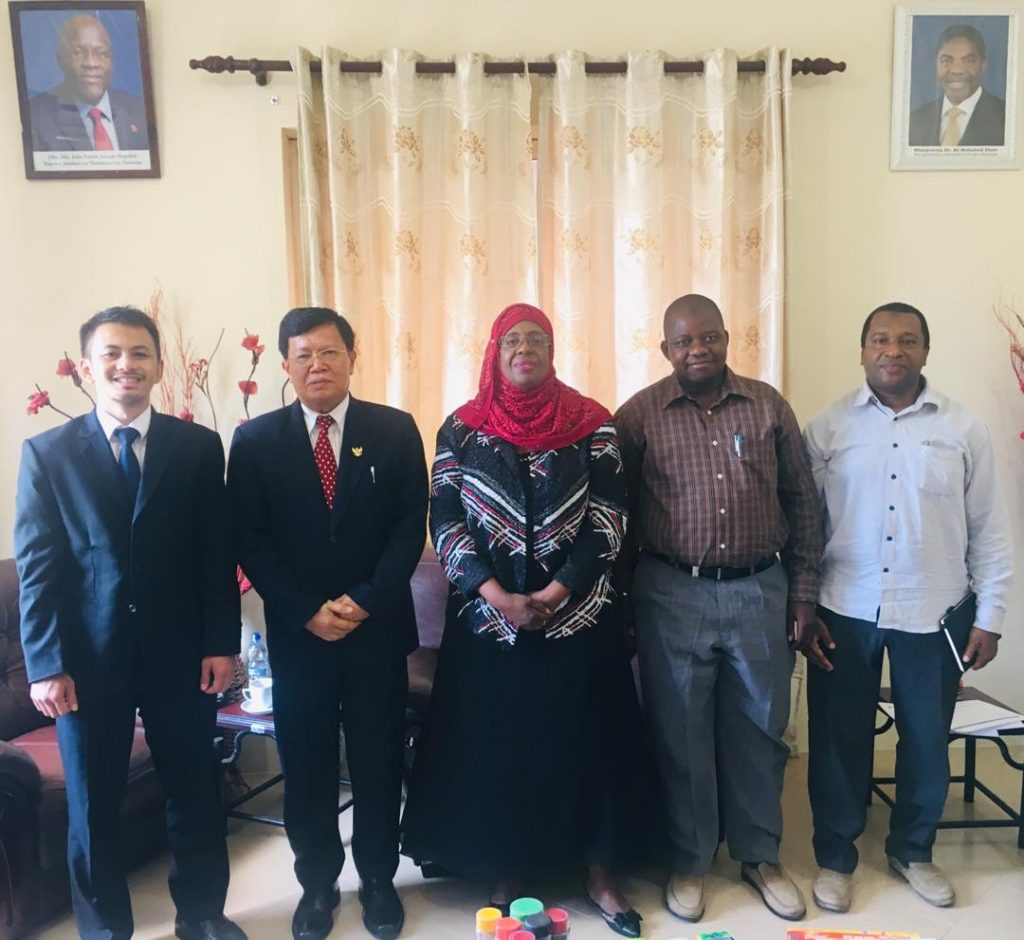 Dubes Ratlan Pardede bersama dengan Mdm. Amina Salum Ali, Menteri Perdagangan dan Industri Zanzibar