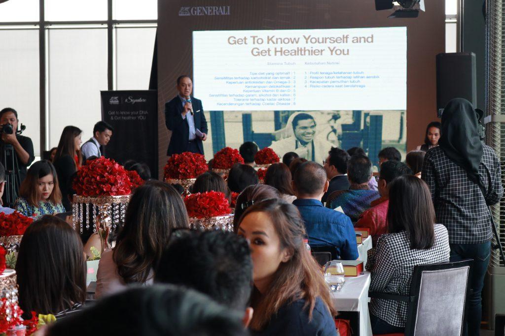 Bapak Edy Tuhirman (CEO Generali Indonesia) saat menjelaskan tentang manfaat DNA Journal kepada nasabah prioritas Generali