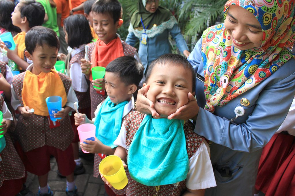 POP! Hotel Gubeng Surabaya Sumbang Pohon Hingga Ajak Anak-Anak Sikat Gigi dengan Benar