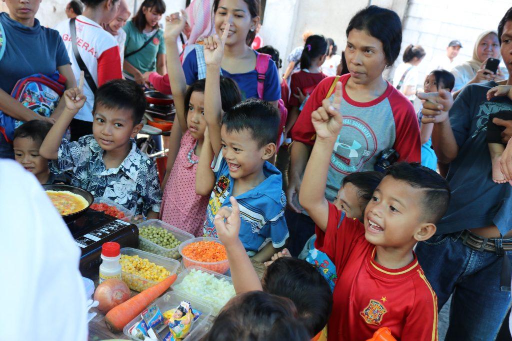 Generali Ajak Anak-Anak Makan Makanan dengan Gizi Seimbang