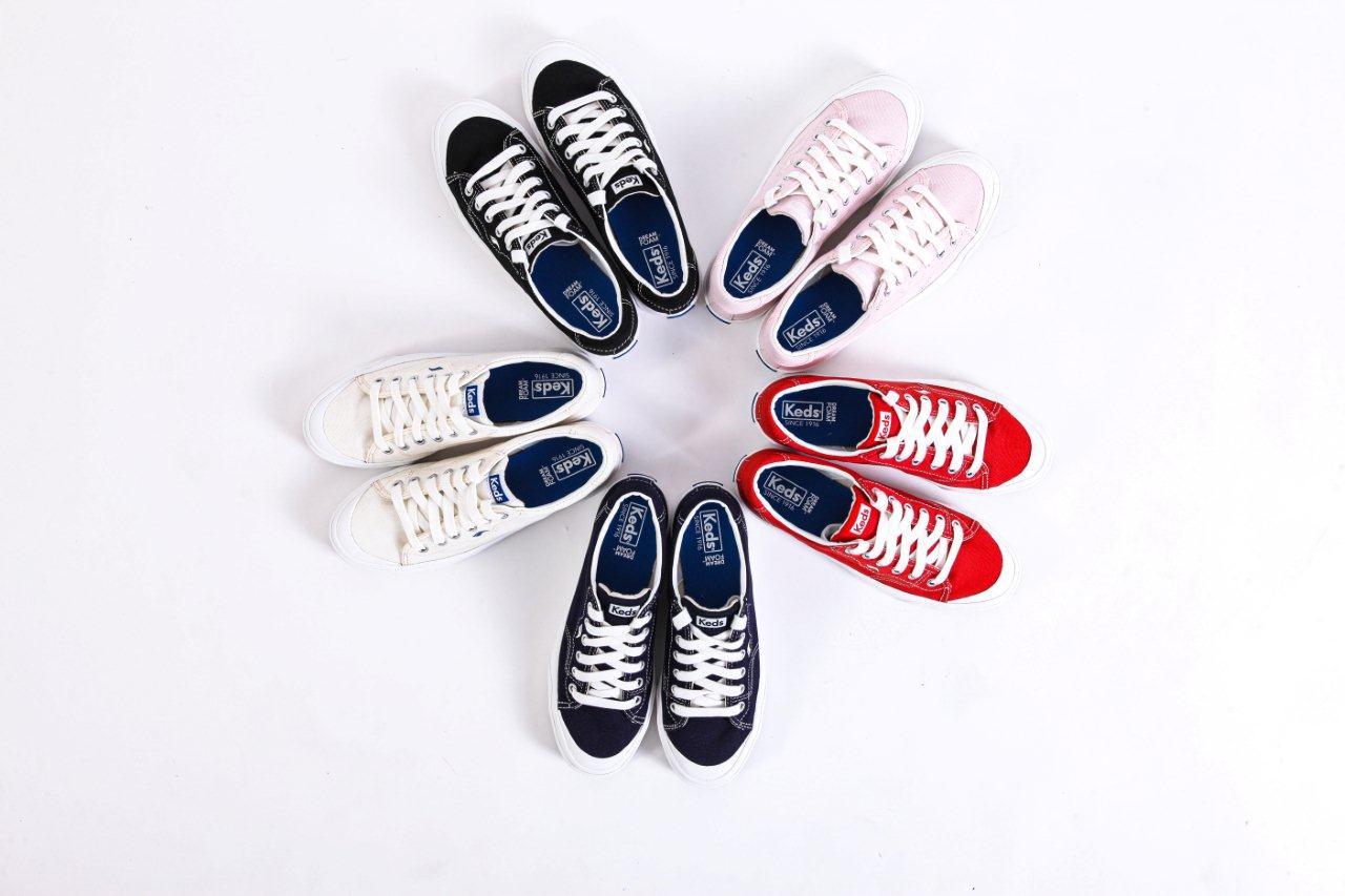 Sepatu ini memiliki lima varian warna yaitu black, red, navy, white dan lilac.