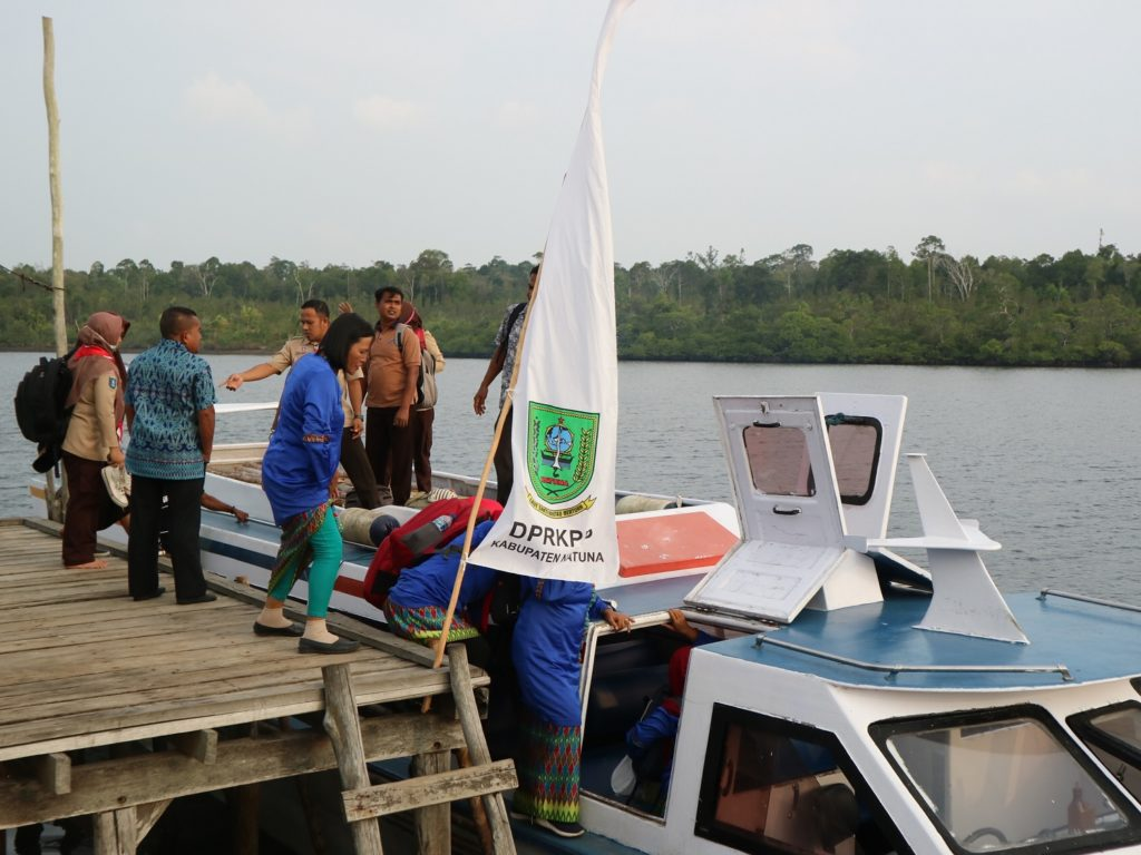Peserta Kegiatan Menempuh Jalur Darat dan Laut untuk Mencapai Kampung Tua Segeram.