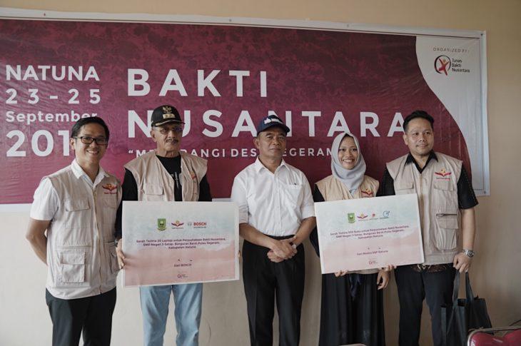 Direktur Yayasan Tunas Bakti Nusantara (kiri, berkaca mata, memakai rompi) Menyerahkan Sumbangan Laptop serta Buku kepada Mendikbud (memakai topi) untuk SMP N 3 Satap Bunguran Barat