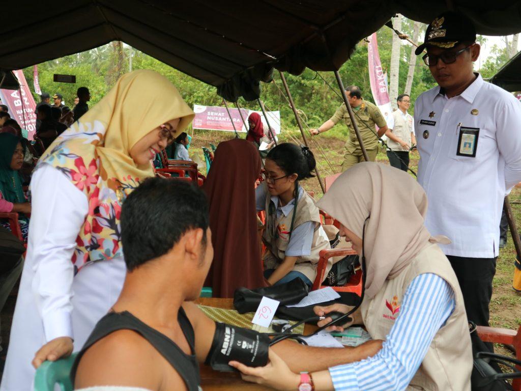 Wakil Bupati Natuna (kiri berjilbab) Mengunjungi Posko Layanan Kesehatan Bakti Nusantara 2019 di Kampung Tua Segeram