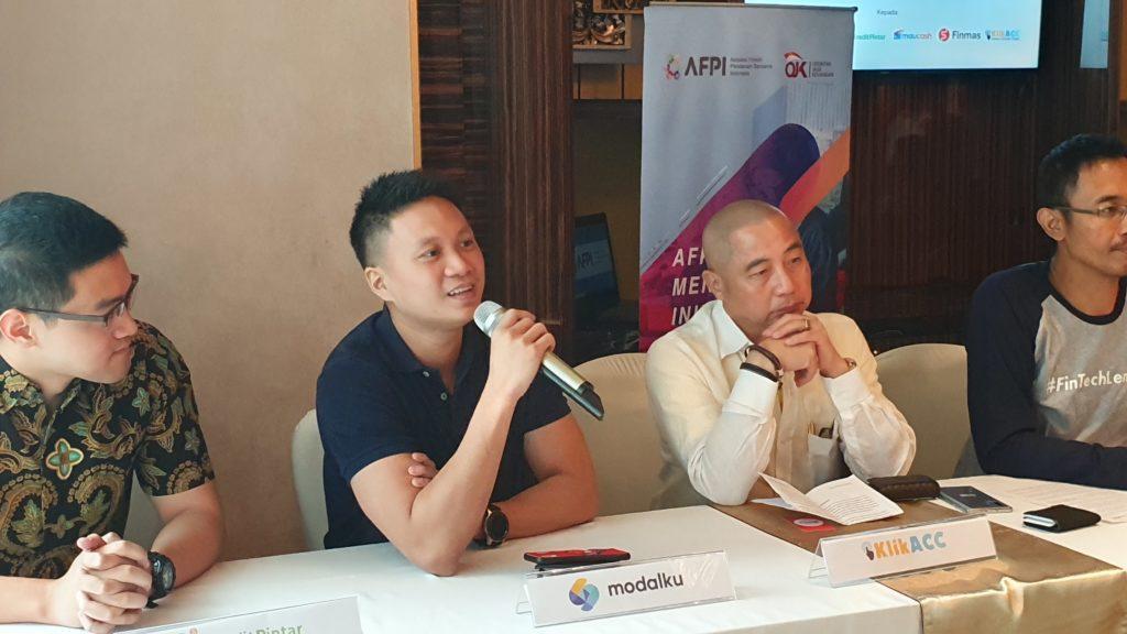 Reynold Wijaya, Co-Founder & CEO Modalku (kedua dari kiri) pada acara Pemberian Sertifikasi Perizinan Sebagai Penyelenggara Fintech P2P Lending