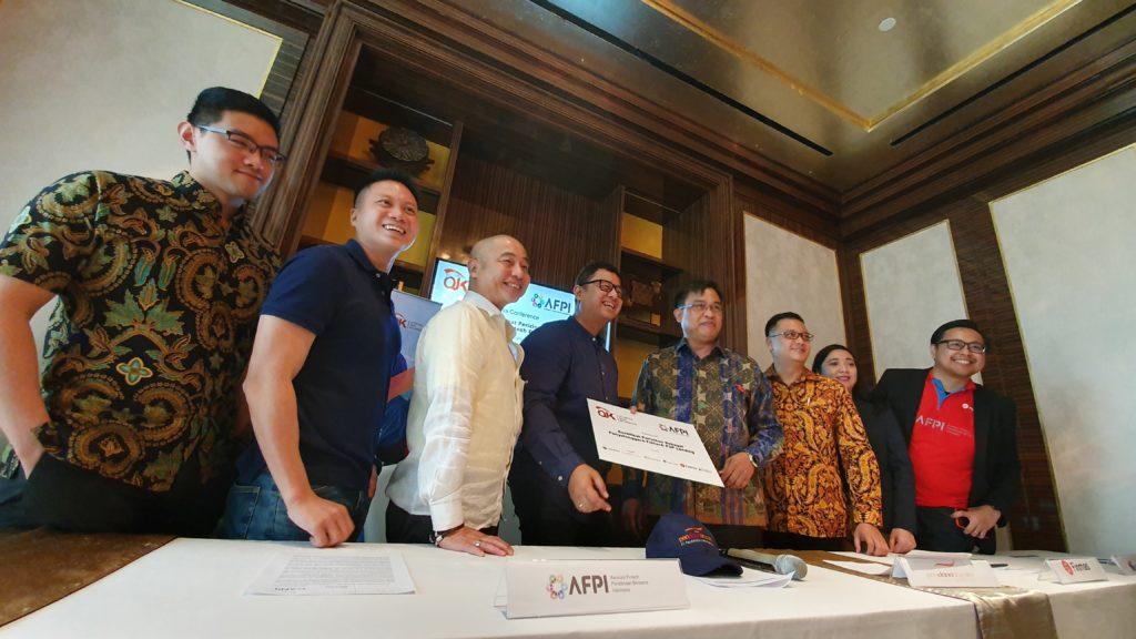Reynold Wijaya, Co-Founder & CEO Modalku (kedua dari kiri) bersama dengan Penyelenggara Fintech P2P Lending yang sudah terizin OJK