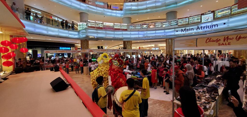 Atraksi Barongsai ini berjumlah 7 orang dan berkeliling di area mall yang bisa dinikmati oleh pengunjung setia Lotte Shopping Avenue